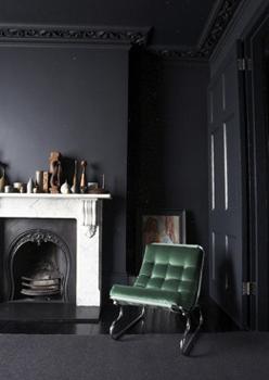 un appartement sombre et chic blogd co factorychic. Black Bedroom Furniture Sets. Home Design Ideas