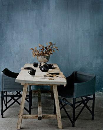 Belle table à manger en bois brut et chaise en tissu