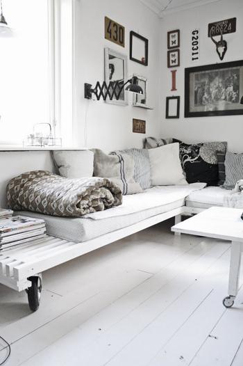 canapé en bois blanc chic et coussins assortis