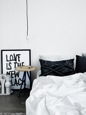 ambiance d'une chambre chic et table de nuit en bois