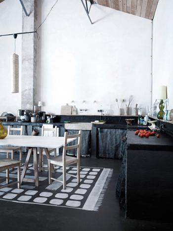 Belle cuisine avec table en bois dans Belle grange rénovée - Factory Chic