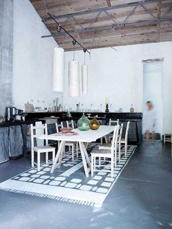Belle table de cuisine en bois dans Belle grange rénovée - Factory Chic