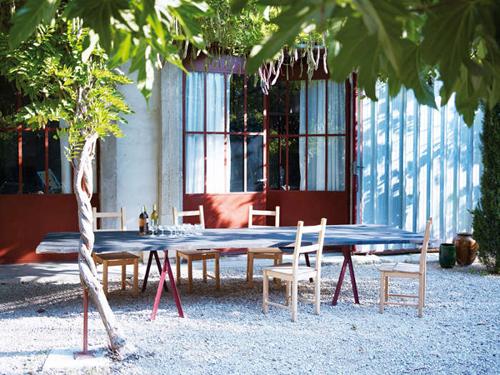 Table de jardin sur terrasse d'une Belle grange rénovée - Factory Chic