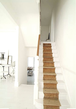 Belle maison au total look blanc for Peindre escalier blanc