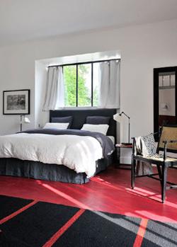 chambre rouge et grise