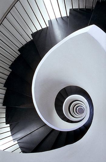 Bel Escalier graphique noir et blanc