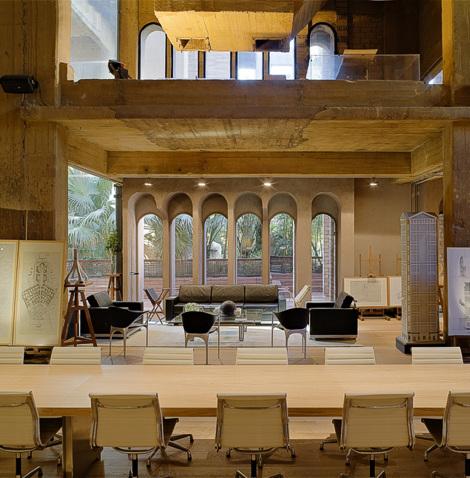 Usine rénovée - grande table de réunion