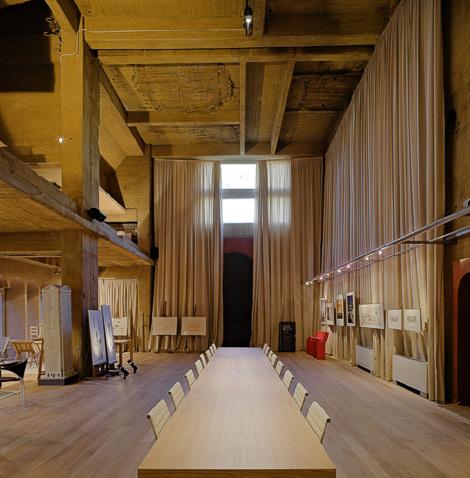 usine rénovée - grande table en bois