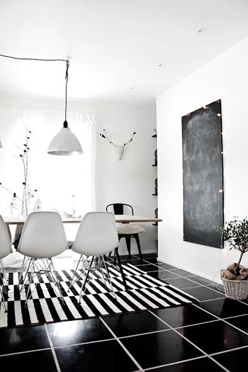 Salle à manger, sol noir