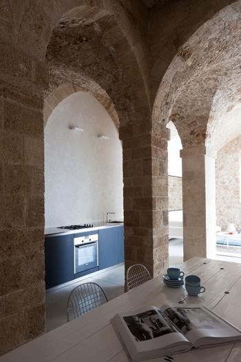 Colonne de pierre dans une cuisine contemporaine