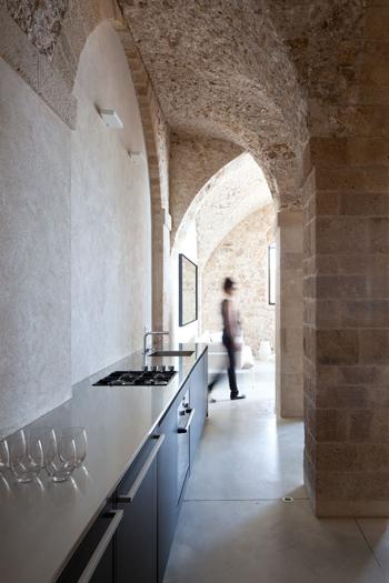 Une cuisine en corian contraste avec les murs anciens