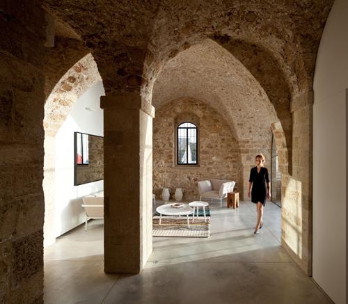 Vue du salon contemporain dans un appartement chargé d'histoire