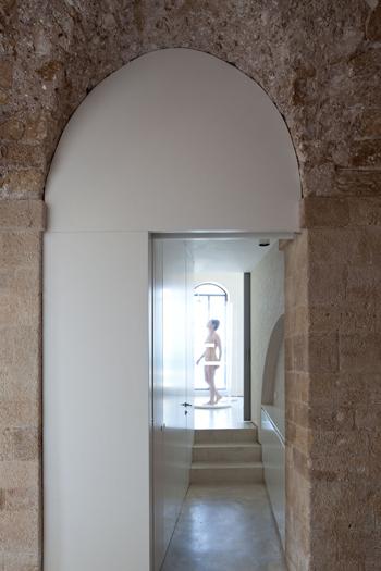 Beau contraste entre les murs anciens et modernes