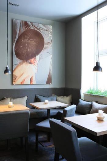 Belle Table à diner en bois dans la salle à manger