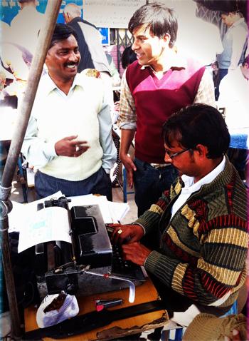 Scribe dans la rue à Delhi