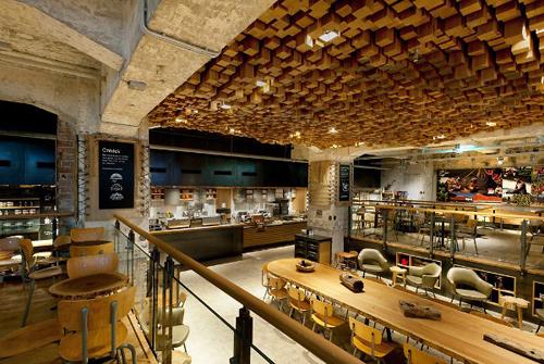 Belle structure artistique en bois sur le plafond