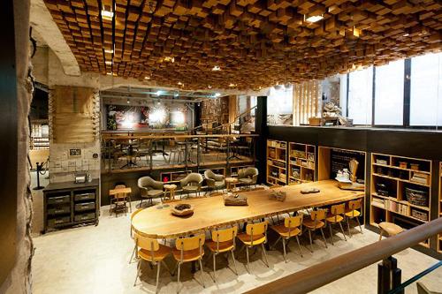 Belle table en bois de style industriel