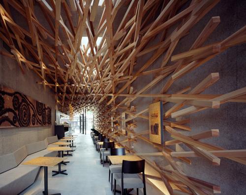 Imposante structure en bois et simplicité du restaurant