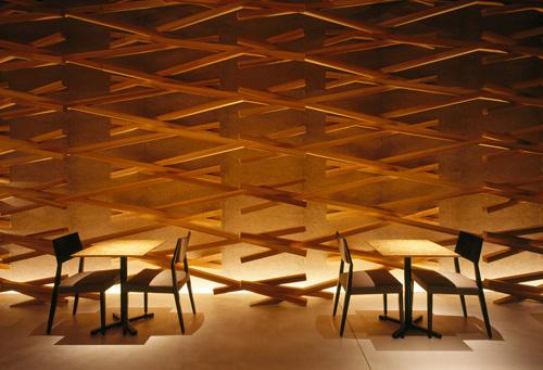 Belles petites tables en bois carrées