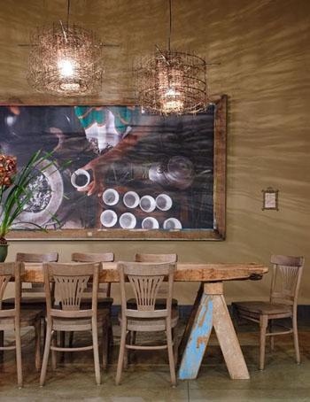 Belle table en bois épaisse avec de beaux tréteaux