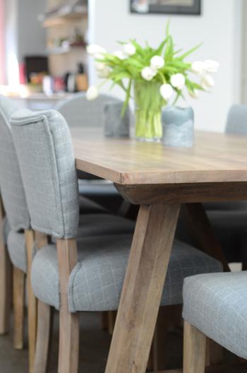 Détail de la table à manger en bois Nantuket