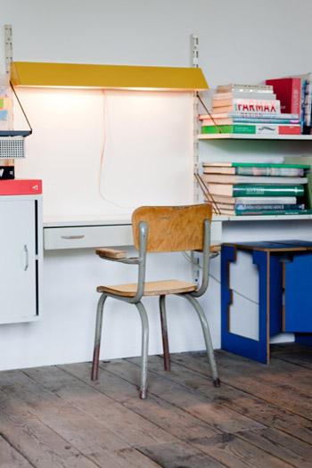 Petite chaise d'écolier en bois