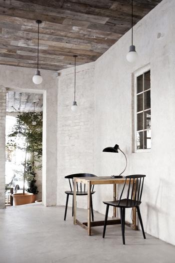 Une belle petite table en bois brut dans un restaurant de charme