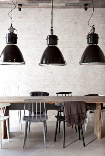 Une splendide table en bois brut dans un univers de style industriel