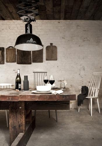Ambiance style industriel avec lampe noire et table en bois brut