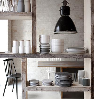 Une belle étagère en bois brut