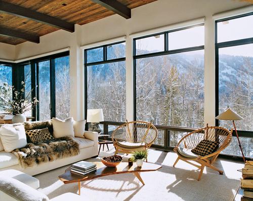 beaux fauteuils retro devant grandes baies vitrées