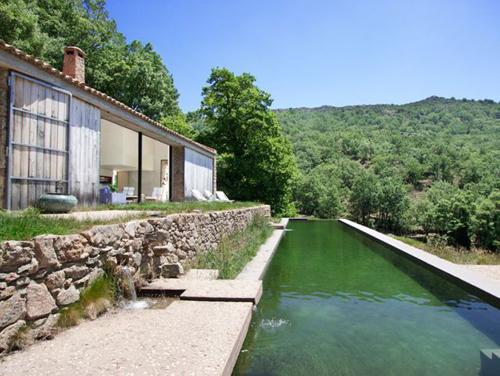 Magnifique piscine pour cette grange rénovée