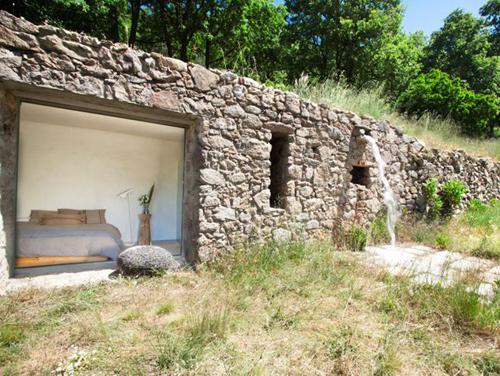 la grange rénovée a conservé une splendide façade en pierre.